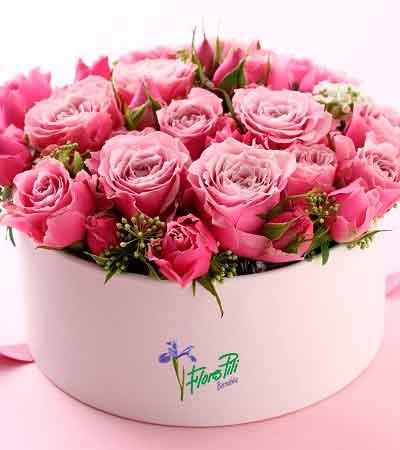 Sombrereras rosas y flores